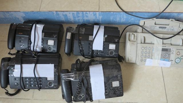 Các máy fax cùng để chuyển tịch đề bị thu giữ. Ảnh Đ.H