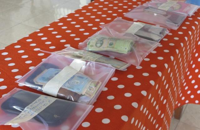 Điện thoại di động các loại và tiền mặt bị thu giữ. Ảnh Đ.H