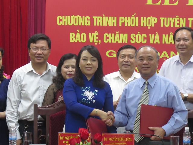 Bộ trưởng Bộ Y tế và Chủ tịch Hội Nông dân cùng cam kết phối hợp giữa 2 đơn vị trong công tác chăm sóc sức khỏe cộng đồng