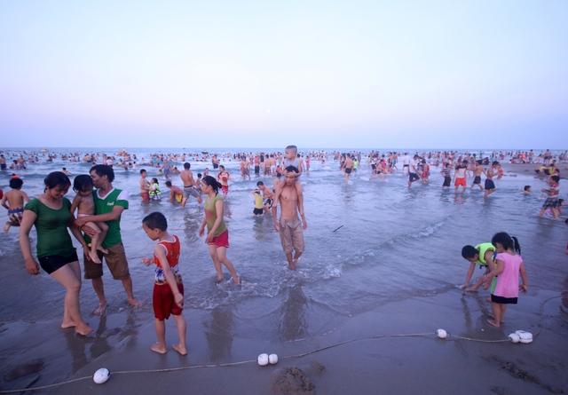Du khách và người dân tắm biển ở Đà Nẵng. Ảnh Đ.H