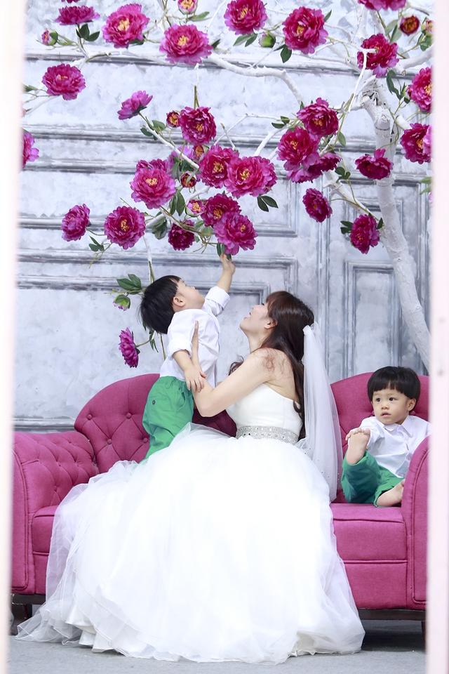Kể từ khi có con, Hoàng Linh thấy mình đã đổi khác. Cứ sau mỗi giờ làm việc cô lại muốn về ngay nhà để vui chơi cùng con. Những khi đi công tác xa cô đều mang theo ảnh cả gia đình để có cảm giác chồng và con đang ở bên cạnh.
