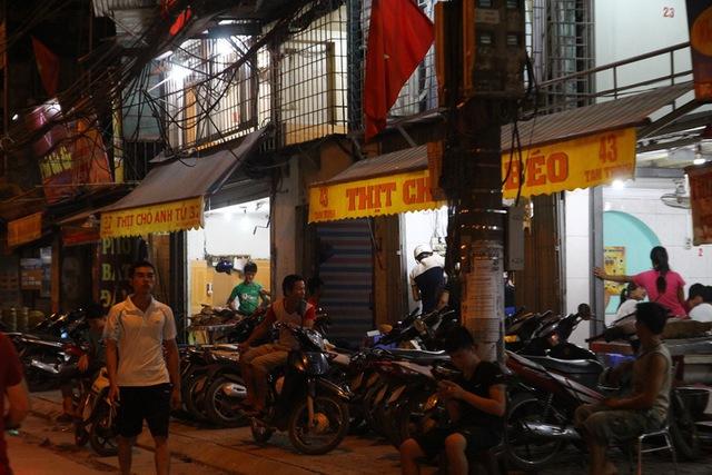 Nhiều quán thịt chó biến vỉa hè ở đường Tam Trinh thành bãi để xe