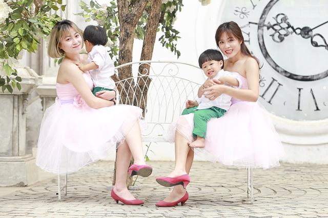 Vì sinh đôi nên Hoàng Linh phải nhờ tới sự giúp đỡ của hai bên nội ngoại. Những ngày cô mới sinh, mẹ của Trung Nghĩa đã tạm dừng côngviệcở nước ngoài về chăm sóc 3 tháng. Em gái của Hoàng Linh cũng luôn tranh thủ thời gian rảnh rỗi để giúp chị chăm cháu.