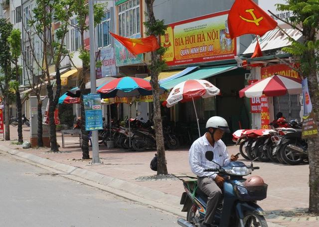 Hàng loạt quán vi phạm trật tự đô thị trên phố Tân Mai (phường Tân Mai, quận Hoàng Mai)