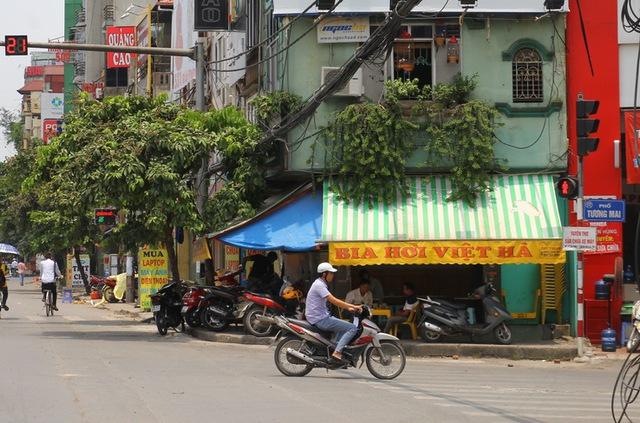 Hàng loạt quán ăn, bia hơi, cửa hàng kinh doanh chiếm dụng vỉa hè trên địa bàn phường Thịnh Liệt nhưng không hề bị xử lý vi phạm