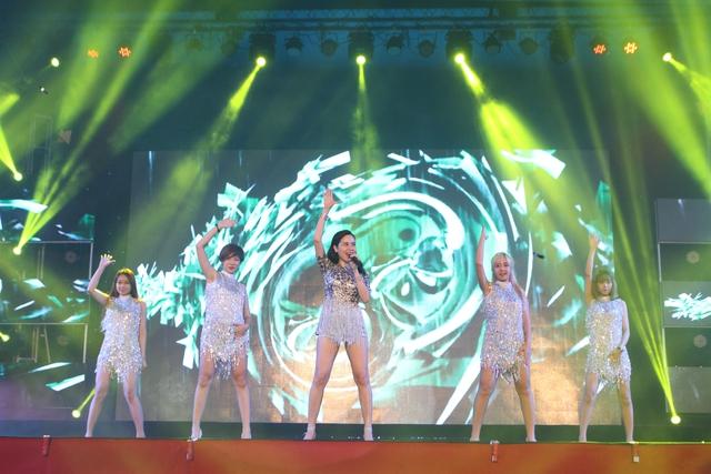 Ca sĩ Lưu Hương Giang cũng khoe vũ đạo bốc lửa
