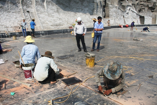 Các công nhân sửa chữa lại nền gạch, đến chiều ngày 31/3, việc khắc phục, sửa chữa lại hư hỏng đã xong.