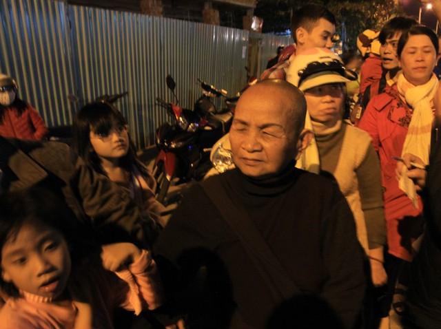 Ni cô Diệu Nghĩa từ Quảng Nam ra sân bay quốc tế Đà Nẵng với mong muốn được nhìn ông Nguyễn Bá Thanh có khỏe không. Ảnh Đức Hoàng