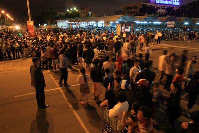 Có rất nhiều người dân đã đến sân bay quốc tế Đà Nẵng để đón ông Nguyễn Bá Thanh trong tối 6/1. Ảnh Đức Hoàng