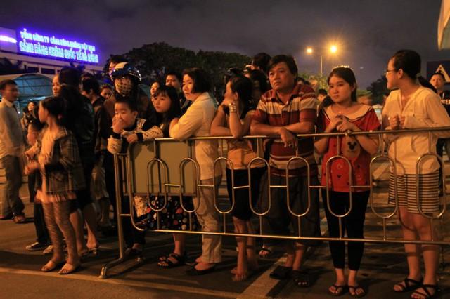 Đủ mọi lứa tuổi đã đến sân bay quốc tế Đà Nẵng trong tối 6/1 để đón ông Thanh. Ảnh Đức Hoàng