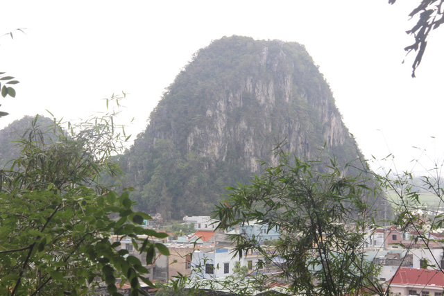 Một trong năm ngọn núi ở Ngũ Hành Sơn. Ảnh Đức Hoàng