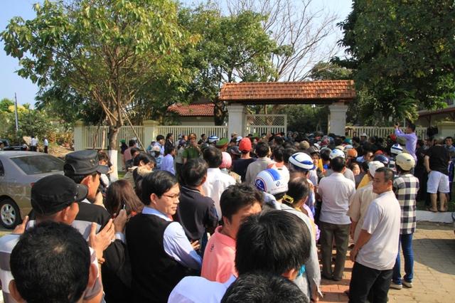 Chiều 13/2, hàng ngàn người dân tới trước cổng nhà ông Nguyễn Bá Thanh chia buồn, mong được vào viếng. Ảnh Đức Hoàng