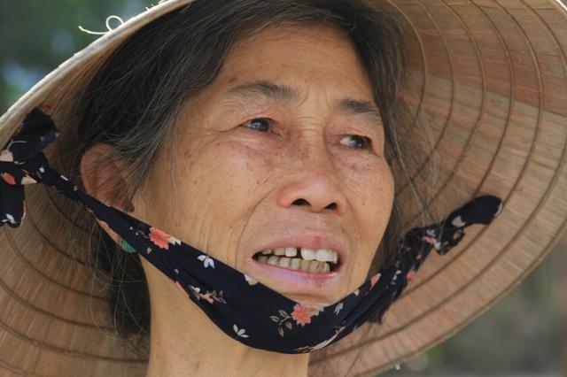 Bà Nguyễn Thị Trung (68 tuổi, trú thôn Dương Sơn, xã Hòa Tiến, huyện Hòa Vang, Đà Nẵng) xót xa, tiếc thương khi nghe tin ông Thanh qua đời. Ảnh Đức Hoàng