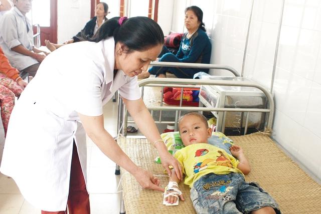 Điều dưỡng Trần Thị Châu thăm khám bệnh nhân.  Ảnh:HH