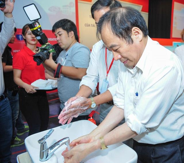D:\Linh Huong\PROJECT\2015\LIFEBUOY\KAL AL\PHOTO\CHON\Pick\Đại diện các bộ ban ngành rửa tay với xà phòng diệt khuẩn (1).jpg