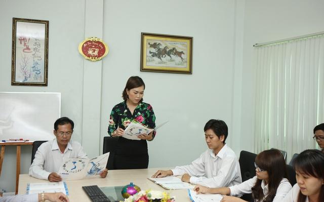 Đại diện phòng truyền thông trình bày những chính sách hấp dẫn dành cho khách hàng