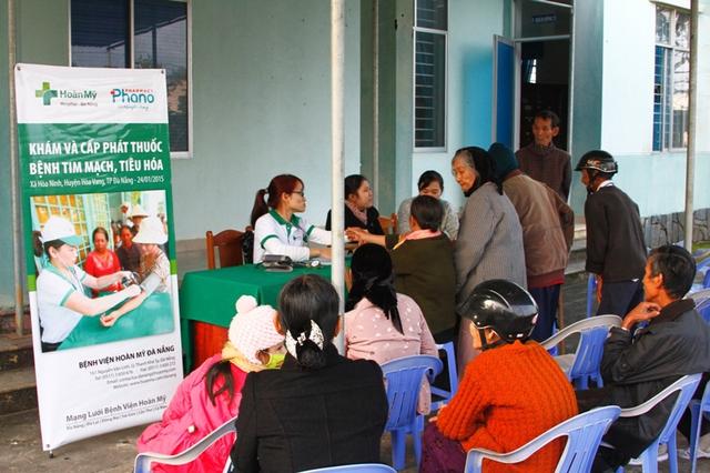 Khám và cấp phát thuốc miễn phí cho người nghèo ở xã Hòa Ninh, huyện Hòa Vang, Đà Nẵng. Ảnh Đức Hoàng