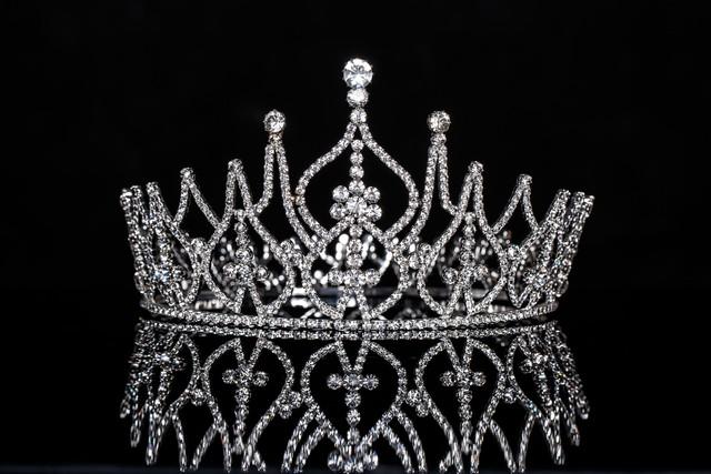 Chiếc vương miện danh giá đem lại cho chủ nhân của nó cả đặc quyền và trách nhiệm.