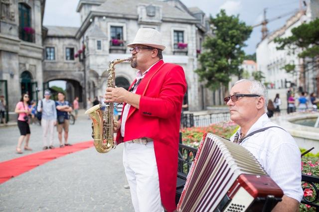 Biểu diễn âm nhạc đường phố tại quãng trường Làng Pháp