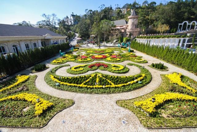 Du khách có thể thỏa sức mua sắm hoa tươi từ Đà Lạt với những gian hàng đủ màu sắc, thể loại