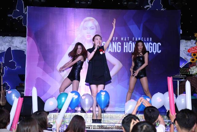 Bên cạnh đó, Giang Hồng Ngọc còn biểu diễn lại một số ca khúc hút khách trong The Remix theo đúng yêu cầu của hàng loạt fan ruột.