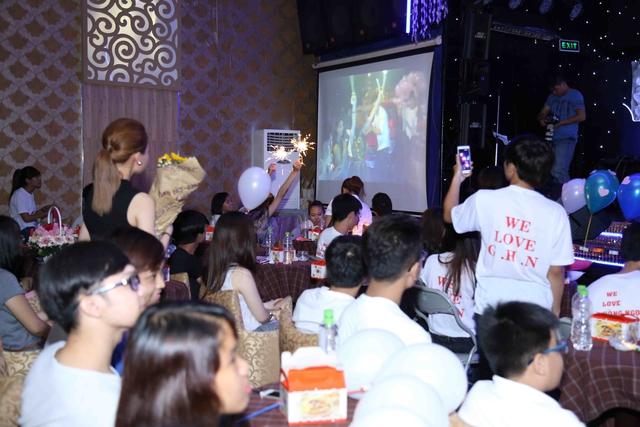 Trong khi Giang Hồng Ngọc đang trò chuyện, ca hát với khán giả ở phía dưới sân khấu. Fan hâm mộ của cô đã âm thầm phát một MV tự thực hiện ghi lại quá trình hoạt động âm nhạc của Giang Hồng Ngọc khiến cho nhân vật chính bật khóc vì không thể kiềm chế được cảm xúc.