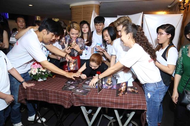"""Ngoài MV """"độc"""", Giang Hồng Ngọc còn nhận được bức tranh vẽ chân dung được các fan thực hiện trong nhiều ngày và vô vàn những món quà xinh xắn, đáng yếu."""