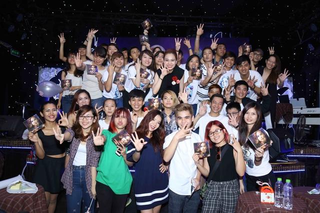 Giữ đúng lời hứa với khán giả hâm mộ, chiều 17/5 tại TP.HCM, Giang Hồng Ngọc cùng 2 cộng sự trong The Remix là Duy Anh và King Lady đã tổ chức họp fanclub khu vực phía nam.