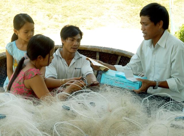 Cán bộ dân số tỉnh Bình Định hướng dẫn ngư dân các biện pháp chăm sóc sức khỏe sinh sản. Ảnh: Dương Ngọc