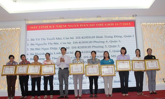 TS. Lê Cảnh Nhạc-Phó Tổng Cục trưởng DS-KHHGĐ khen thưởng những tập thể, cá nhân có thành tích xuất sắc trong công tác dân số trên địa bàn TP.HCM tại Lễ mít tinh.