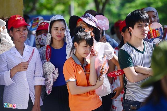 Các thí sinh trải qua ngày đầu tiên của kỳ thi tốt nghiệp THPT quốc gia trong cái nóng gần 40 độ.