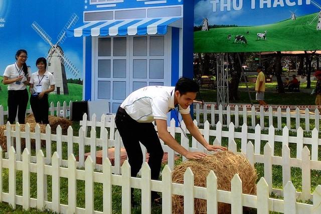 Lăn cỏ vượt thử thách, một trò chơi vận động thường thấy ở các nông trại chăn nuôi bò sữa tại Hà Lan được tái hiện ở Ngày hội nông trại.