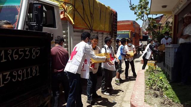 Cảnh cứu hộ diễn ra khẩn trương của Hồi Chữ thập đỏ quốc tế.