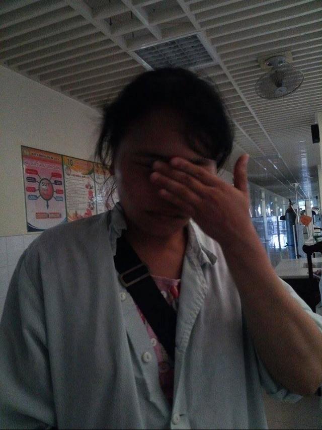 Chị Hòa không dấu được nước mắt khi nói về chồng
