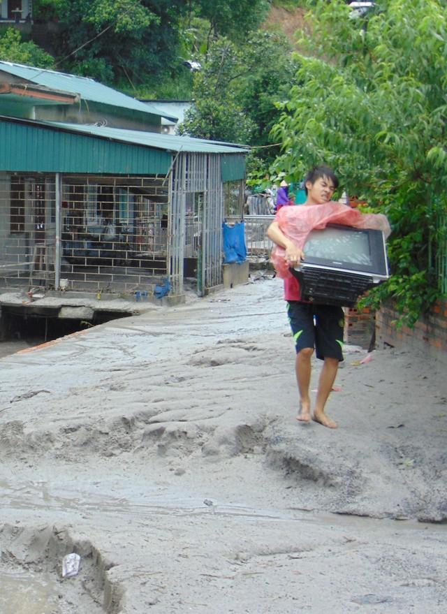 Người dân đang sơ tán một số vật dụng thiết yếu trước khi rời nhà