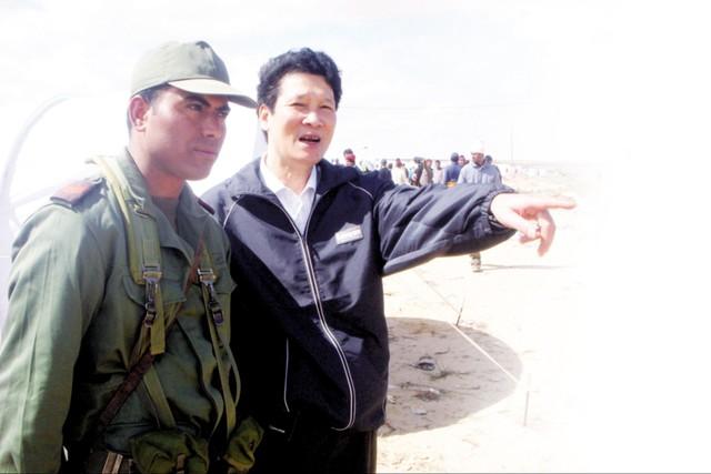 Nhà văn Nguyễn Thành Phong (trái)  trong chuyến tác nghiệp giải cứu  lao động Việt Nam tại Lybia, năm 2011.  (ảnh do nhân vật cung cấp)