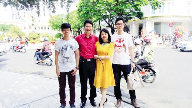 Nhà văn Nguyễn Thành Phong cùng vợ và các con.