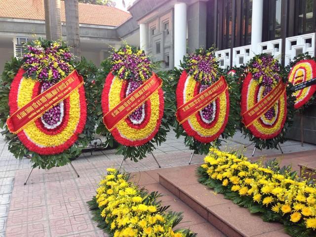 Ngoài sân nhà tang lễ, vòng hoa của các đoàn viếng cũng đã được xếp hàng ngay ngắn chờ được đến giờ vào viếng nhạc sĩ.