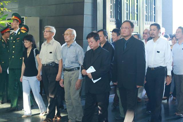 Hàng đầu từ trái qua: Nhạc sĩ Doãn Nho, nhạc sĩ Phạm Trọng Khôi, nhạc sĩ Đỗ Hồng Quân thay mặt cho Hội Nhạc sĩ Việt Nam vào viếng đồng nghiệp.
