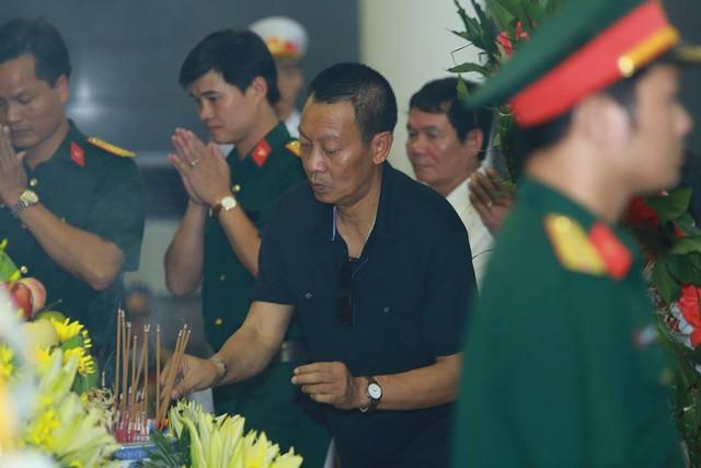 MC Lại Văn Sâm thắp hương vĩnh biệt người nhạc sĩ mà ông vô cùng kính trọng.