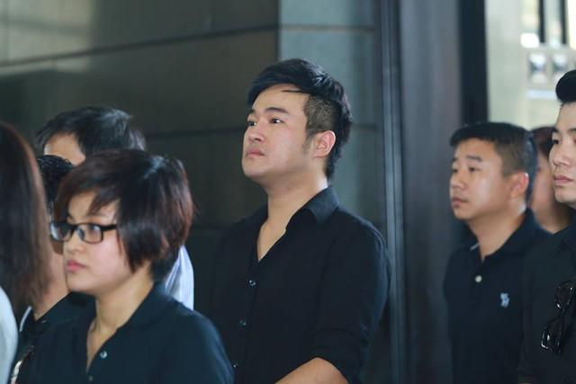 Ca sĩ Minh Quân thần thờ hướng về di ảnh của thầy An Thuyên khi hoà trong dòng người vào viếng nhạc sĩ.