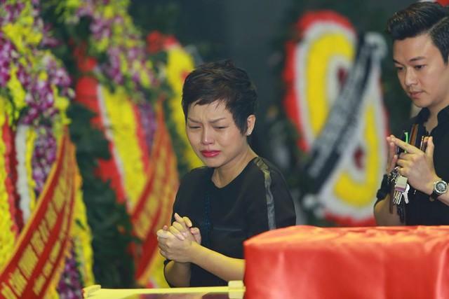Ca sĩ Thái Thuỳ Linh bật khóc nức nở khi đi qua linh cữu người quá cố.