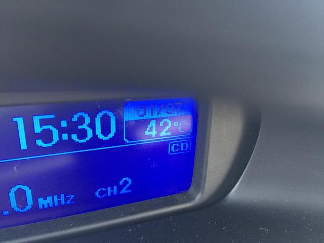 Nhiệt độ đo được trong xe ô tô để ngoài trời vào lúc 15h30 ngày 30/6. (Ảnh T. An)