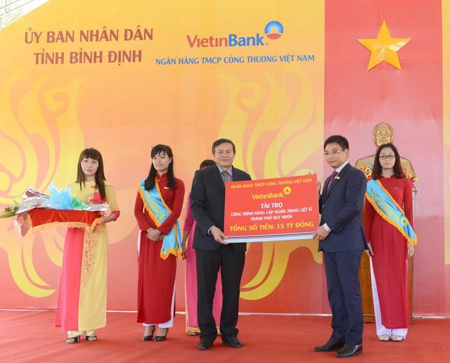 -Chủ tịch HĐQT VietinBank Nguyễn Văn Thắng trao tài trợ cho tỉnh Bình Định