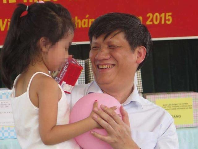 GS.TS. Nguyễn Thanh Long – Thứ trưởng Bộ Y tế đã tới thăm và tặng quà cho các em nhỏ tại Trung tâm nhân ngày 1/6.