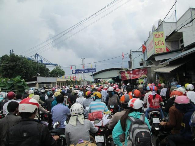 Rất nhiều người, chủ yếu là dùng phương tiện xe máy về miền Đông qua các tỉnh: Bà Rịa Vùng Tàu, Đồng Nai, Bình Thuận hay Bảo Lộc, Lâm Đồng đã né quốc lộ 1 bằng đường qua Cát Lái. Nhưng do phà đã bị quá tải, đã diễn ra tình trạng kẹt xe nghiêm trọng tại đường vào phá