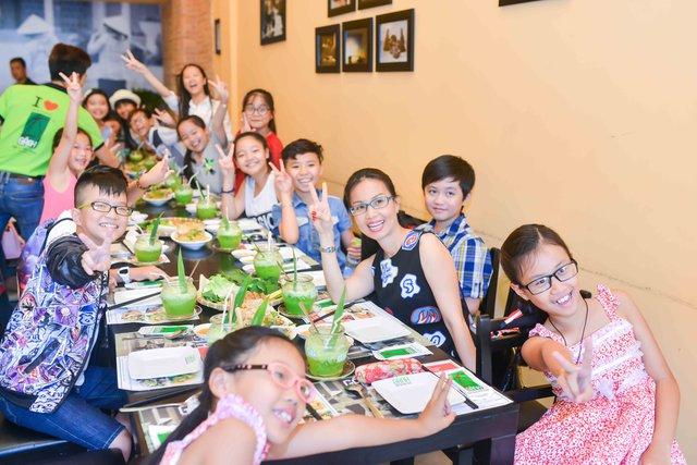 Cẩm Ly dẫn các học trò đi ăn trước khi bước vào vòng Đối đầu.