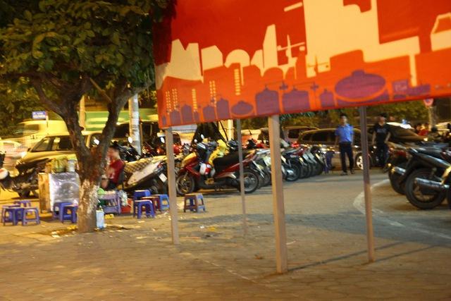 Nhà hàng Nam Sơn Cuisine, số 809 đường Giải Phóng lấy cả vỉa hè làm bãi giữ xe