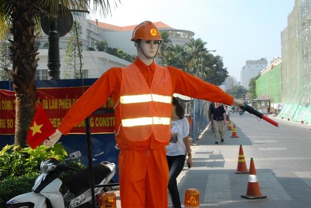 Biết phất cờ, gio gậy chỉ dẫn để người đi đường tránh xa lô cốt