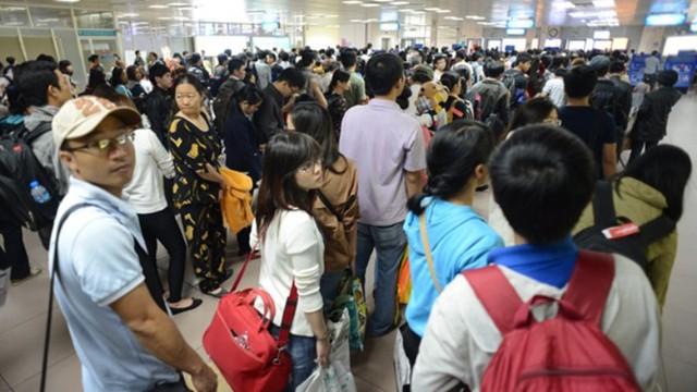 Hàng trăm hành khách đang chờ làm thủ tục tại cửa khẩu sân bay Tân Sơn Nhất. Ngày hôm qua, VNA đã thông báo huỷ nhiều chuyến bay từ TP HCM đến Thanh Hoá, Nghệ An... khiến cho áp lực tại sân bay sáng nay càng thêm căng thẳng